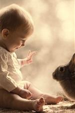 Bebê bonito e coelho cinzento