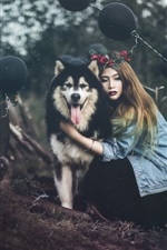 Menina e seu cachorro rouco