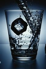 iPhone обои Стеклянная чашка, кубики льда, всплеск воды