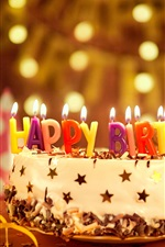 Bolo de feliz aniversario, velas coloridas, fita