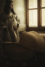 iPhone обои Беременная девочка стоит у окна, коляска