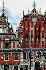 Riga, Letónia, monumento, edifícios, pessoas