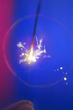 Faíscas, fogos de artifício, fundo azul