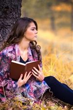 Menina leu um livro, outono, árvore, grama