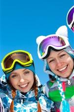 Meninas felizes, inverno, céu azul