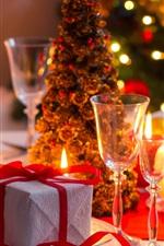 Presente, velas, copos de vidro, árvore de natal, vinho, luzes