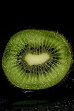Preview iPhone wallpaper Kiwi cutting surface