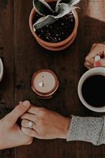 Duas xícaras de café, duas mãos, amor