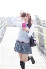 Verão, jovem asiática, celulares, saia, sorriso