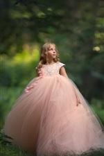 Menina bonitinha, saia rosa, floresta
