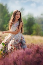 Menina criança feliz, flores, saia, verão