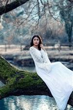 iPhone壁紙のプレビュー 白いスカートの少女、木、苔、池