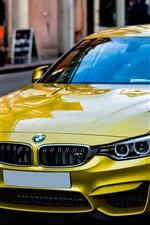 미리보기 iPhone 배경 화면 노란 BMW 차는 거리 측에 멈췄다.