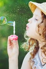 Crianças, menina bonitinha jogar bolha, coração de amor