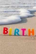 Feliz aniversario, velas coloridas, praia, mar