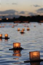 Lanternas flutuam na superfície do rio