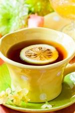 Uma xícara de chá, fatia de limão, maçãs, flores, rosas