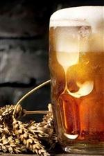 Um copo de cerveja, espuma, trigo