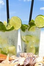 Dois copos de vidro de mojito, bebidas, conchas, mares, praia