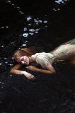 iPhone壁紙のプレビュー 女の子は、水の中で寝る、クリーク
