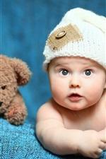 Bebê fofo e urso de brinquedo