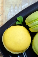Preview iPhone wallpaper Green and yellow macaroons, cake