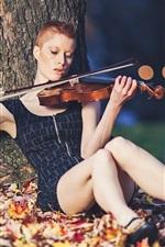 iPhone fondos de pantalla Chica de pelo corto toca el violín, debajo del árbol