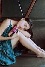 iPhone fondos de pantalla Hermosa chica china, falda azul, sofá, pose