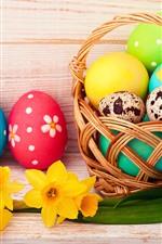 Ovos de Páscoa coloridos, flores amarelas, cesta