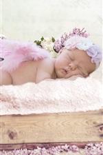 Bebê fofo em dormir, pequenas asas, flores lilás
