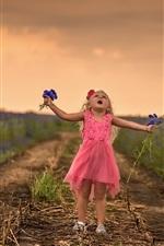 Menina bonitinha, flores azuis, caminho