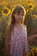 Menina bonitinha, girassóis, raios de sol