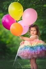 Menina de saia cor do arco-íris, balões coloridos