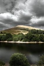 iPhone fondos de pantalla Río, colina, árboles, nubes gruesas