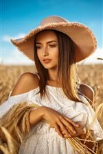 Menina de cabelos castanhos, chapéu, campo de trigo, verão