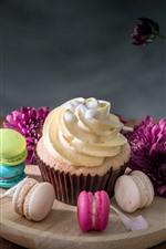 Cupcake, macaron, flores roxas