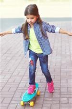 Skate bonito do uso da menina