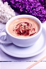 Uma xícara de café, flores lilás