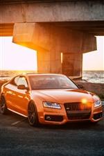 iPhone壁紙のプレビュー オレンジ色のアウディ車の正面、日光、ハイウェイ