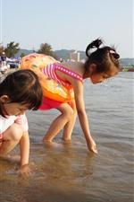 Duas meninas jogam na praia, criança, mar, água