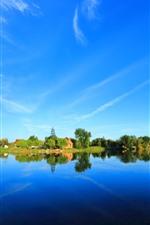 Belo parque, lago, árvores, reflexão da água, céu azul, china