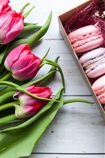 Preview iPhone wallpaper Macaroons, roses and tulips, gift