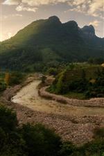 Hermoso paisaje, río, árboles, montañas, nubes.