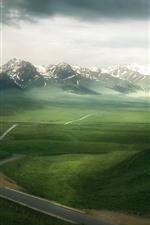 Hermoso paisaje natural, hierba verde, montañas, nubes.