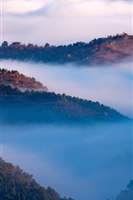 Hermoso paisaje natural, montañas, vista superior, nubes, niebla, mañana.