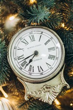 Reloj, ramitas de abeto, bolas navideñas.