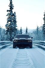 Vista delantera del coche del regate, nieve, invierno, camino