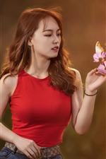 Menina e flores, cachos, borboleta