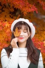 Chica, ojos cerrados, sonrisa, hojas de arce rojas, otoño.