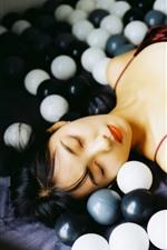 Menina dormindo, bolas